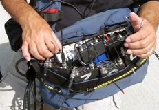 Mann, der Tonaufnahme-Ausrüstung für Film verwendet Stockbild