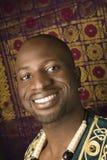 Mann, der traditionelle afrikanische Kleidung trägt. Lizenzfreie Stockfotografie