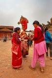 Mann, der traditionelle Maske tragen und Kleidung, die Angebote empfängt lizenzfreies stockbild
