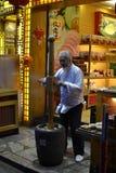 Mann, der traditionelles dought für Bonbons bearbeitet Lizenzfreie Stockfotos