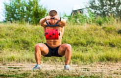Mann, der Training draußen mit einem Gewicht hat stockfotos