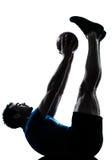 Mann, der Trainingseignungkugel ausübt Stockfotos