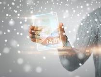 Mann, der transparenten Telefon- oder Tabletten-PC hält Lizenzfreies Stockfoto