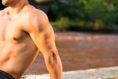 Mann, der Trizepstraining durch den Fluss tut Lizenzfreies Stockfoto