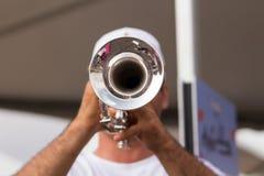 Mann, der Trompete spielt Stockfotografie