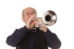 Mann, der Trompete spielt stockfoto