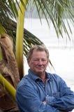 Mann in der tropischen Einstellung Lizenzfreies Stockfoto