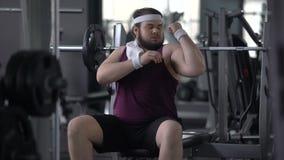 Mann in der Turnhalle vortäuschend, für die Frau athletisch zu sein, die vorbei, Trainingsmotivation überschreitet stock video footage