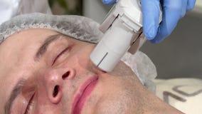 Mann, der Ultraschallhautbehandlung an der Schönheitsklinik erhält stock video footage