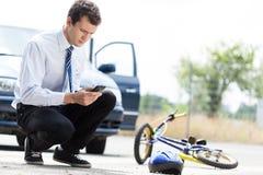 Mann, der um Hilfe nach Unfall ruft lizenzfreie stockfotos