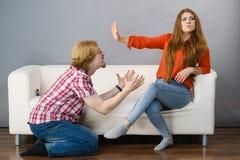 Mann, der um Verzeihen seine Frau bittet lizenzfreie stockbilder