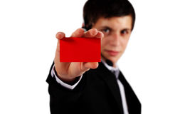 Mann, der unbelegte Visitenkarte anhält lizenzfreie stockfotografie