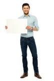 Mann, der unbelegtes Plakat anhält lizenzfreies stockbild