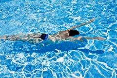 Mann, der underwater im Pool schwimmt Lizenzfreie Stockfotos