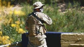 Mann in der Uniform mit Waffe stock footage