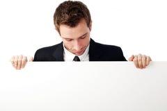 Mann, der unten Anschlagtafel betrachtet Lizenzfreies Stockbild