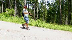 Mann, der unten Hügel mit Audio wandert stock footage