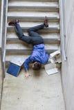 Mann, der unten Treppen fällt Lizenzfreie Stockfotos