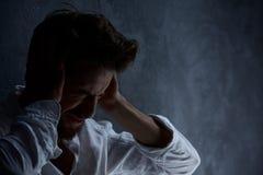 Mann, der unter Kopfschmerzen leidet Stockfotografie