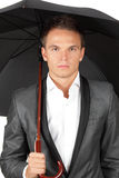 Mann, der unter Regenschirm sich versteckt Stockfotografie