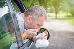 Mann, der unter Reisekrankheit leidet Stockbild