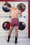 Mann in der Unterwäsche am Trockner Stockfotos