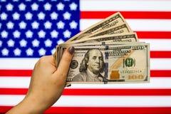 Mann, der US-Dollar Banknote anzeigt Börsenkrach hält Stockbild