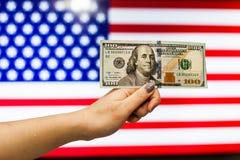 Mann, der US-Dollar Banknote anzeigt Börsenkrach hält Lizenzfreie Stockfotografie