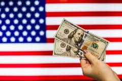 Mann, der US-Dollar Banknote anzeigt Börsenkrach hält Lizenzfreies Stockbild