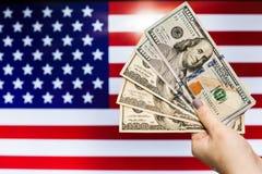 Mann, der US-Dollar Banknote anzeigt Börsenkrach hält Lizenzfreies Stockfoto