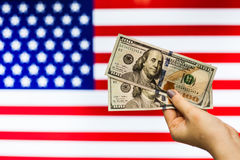Mann, der US-Dollar Banknote anzeigt Börsenkrach hält Stockfoto