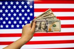 Mann, der US-Dollar Banknote anzeigt Börsenkrach hält Stockfotos