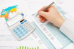 Mann, der 1040 US-Steuerformular unter Verwendung des silbernen Kugelschreibers ergänzt Lizenzfreies Stockfoto