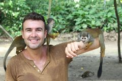 Mann, der in Verbindung mit Affen herstellt stockfotos