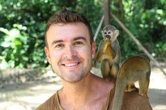 Mann, der in Verbindung mit Affen herstellt stockbild