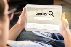Mann, der versucht, Arbeit mit Online-Job-Suchmaschine auf Tablette zu finden lizenzfreie stockfotos