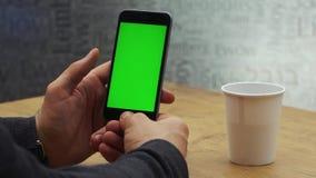 Mann, der vertikalen Smartphone mit grünem Schirm verwendet Nahaufnahme schoss von Mann ` s Händen mit Handy Zwei in einem: 1 Abs stock footage