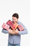 Mann, der viele Geschenke hält Stockfotos