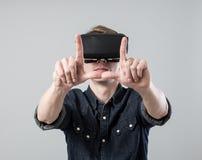 Mann in der virtuellen Realität Lizenzfreies Stockfoto