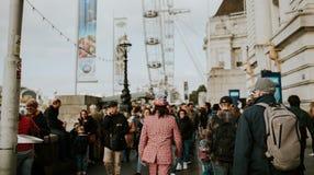 Mann, der voll einen Anzug von Großbritannien-Flaggen, beim Gehen zwischen die Menge in London, Vereinigtes Königreich trägt stockfoto