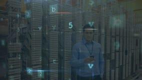 Mann, der vom Serverraum mit bewegenden Datensicherheitsmitteilungen anruft stock video