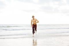 Mann, der von der Küste läuft lizenzfreies stockfoto