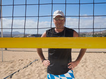 Mann der von mittlerem Alter schaut durch das Volleyballnetz lizenzfreie stockfotos