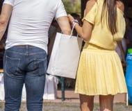 Mann, der von der weißen Tasche der Frau stiehlt lizenzfreie stockbilder
