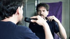 Mann, der vor Spiegelzeitlupenahaufnahme sich rasiert stock video