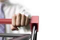 Mann, der Vorderansicht der Warenkorbnahaufnahme drückt Stockfoto
