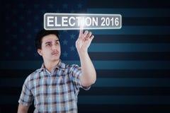 Mann, der Wahlknopf mit Nr. 2016 bedrängt Lizenzfreies Stockfoto