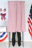 Mann in der Wahlzelle Stockbilder