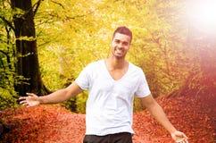 Mann, der in Wald geht Lizenzfreie Stockbilder
