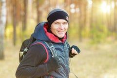 Mann, der Wanderung genießt stockfoto